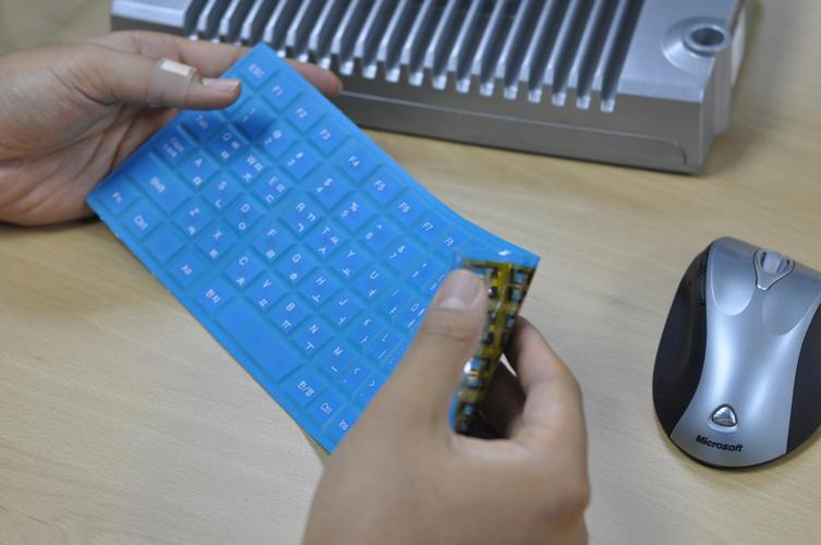 KAIST has developed a powerless and wireless keyboard that can be folded and easily carried around. 이미지