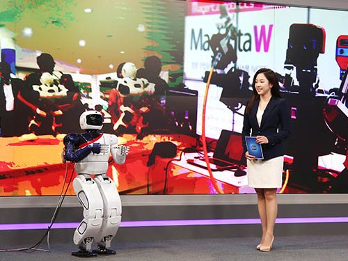 Hubo Debuts as a News Anchor 이미지