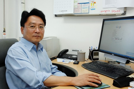 The thermal fluctuation and elasticity of cell membranes, lipid vesicles, interacting with pore-forming peptides were reported by a research team at KAIST. 이미지