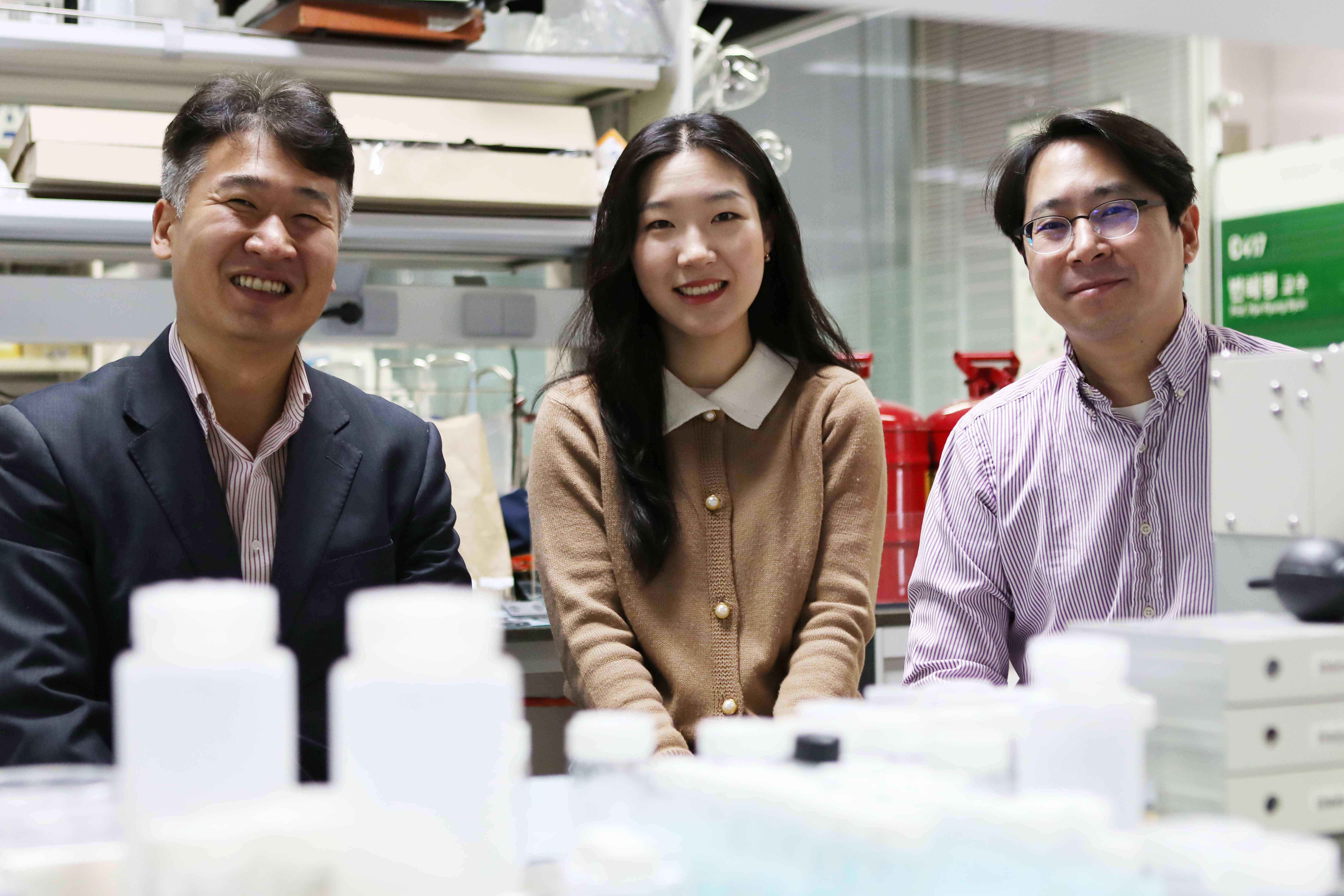 Professor Seokwoo Jeon (left), Ph.D. Candidate Gayea Hyun (center), Professor Jihun Oh (right)