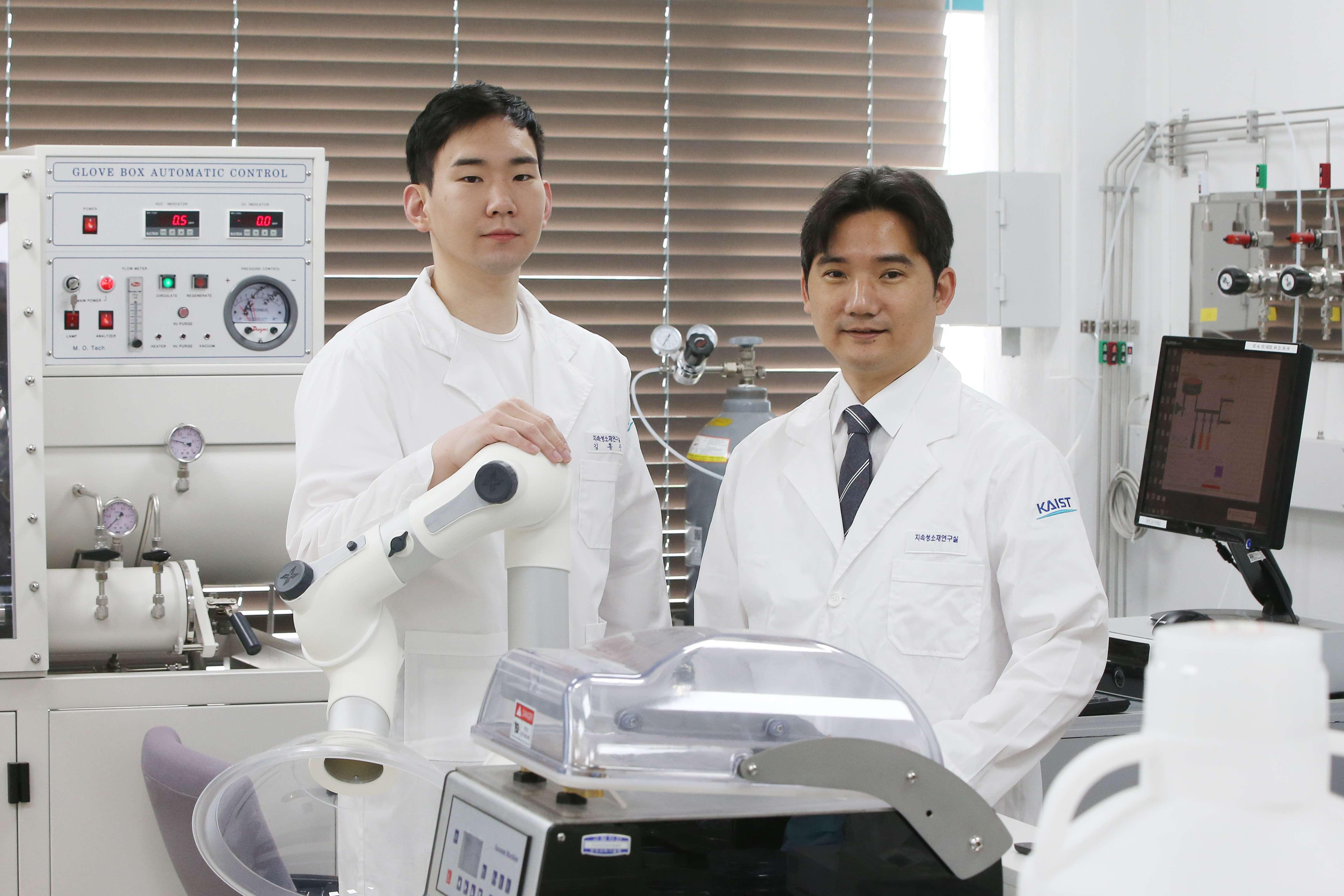 (왼쪽부터) 신소재공학과 김홍준 박사, 홍승범 교수