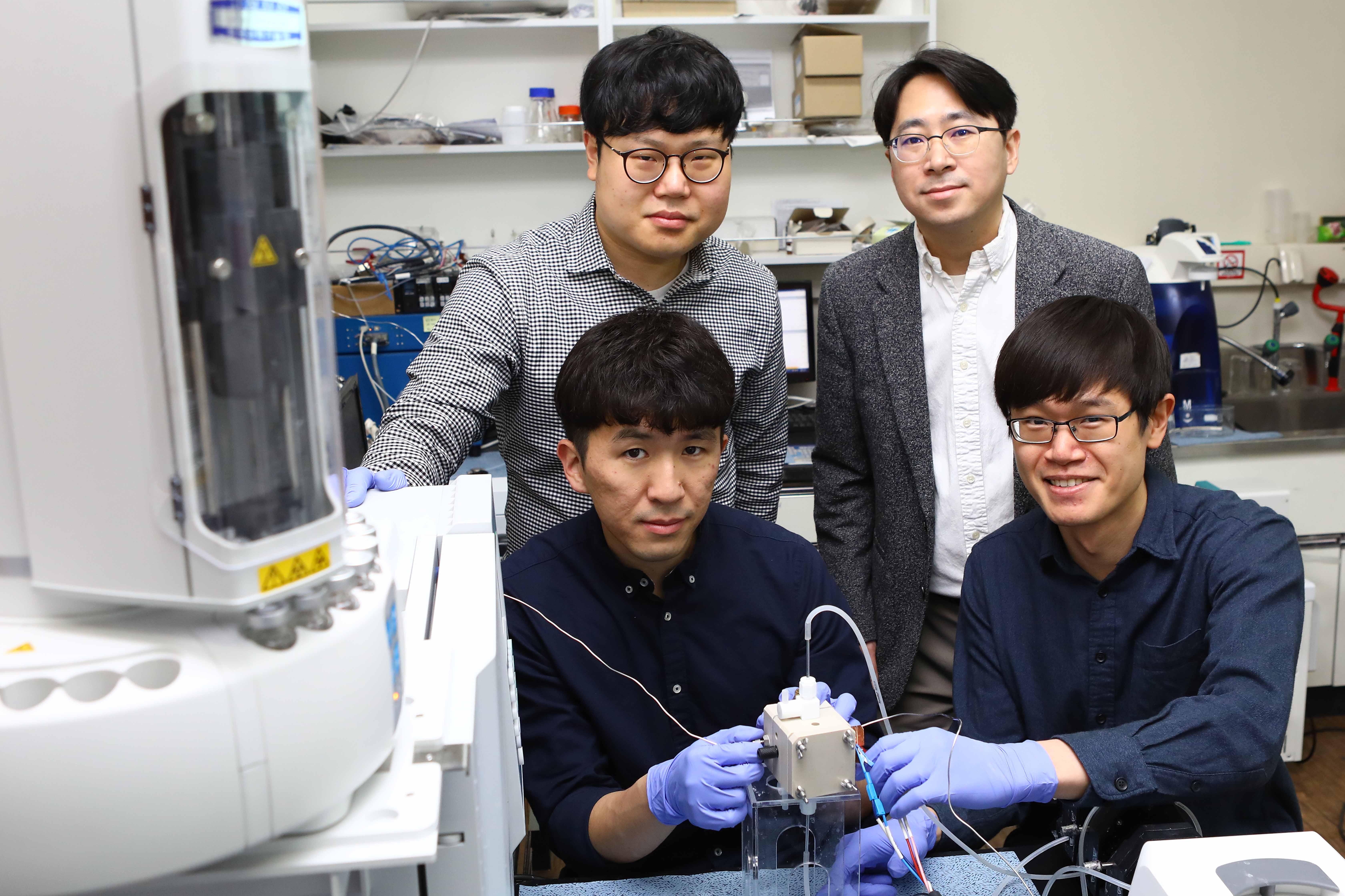 (왼쪽 뒤부터 시계방향으로) 송학현 박사과정, 오지훈 교수, 탄잉촨 박사후 연구원, 이범려 석사과정