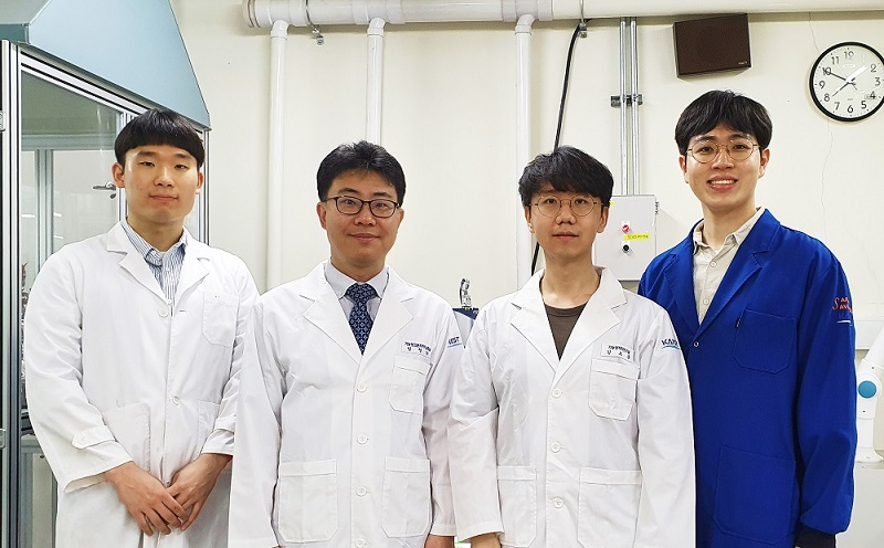 From left: PhD candidate Won-Tae Jang, Professor Sung Gab Im, Dr.Do Heung Kim, and Master Candidate Keonwoo Choi