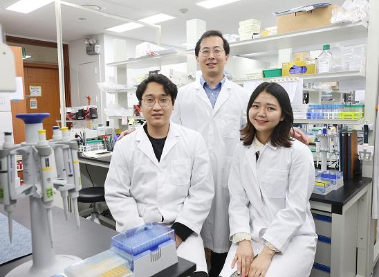 (왼쪽부터) 서준영 박사과정, 장재범 교수, 조예린 학사과정