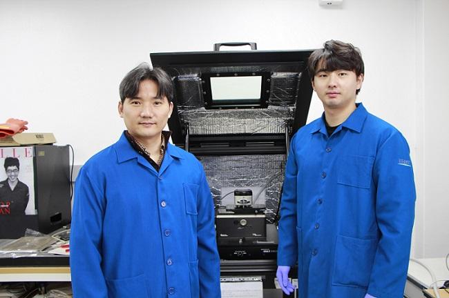 (왼쪽부터) 신소재공학과 홍승범 교수, 박건 박사과정