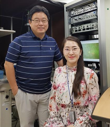 (왼쪽부터) 생명과학과 손종우 교수, 유은선 석박사통합과정